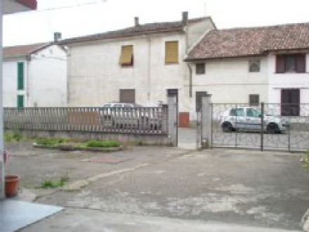 House in Suardi with courtyard and garden