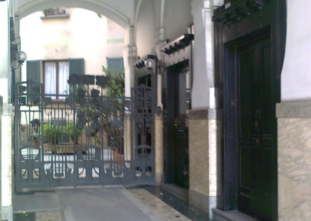 Rent Offices and shops Milan - Buenos Aires building 1920 office whit three rooms Locality